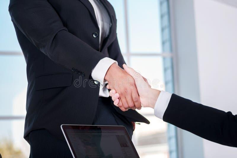 Vergaderingspartners Twee zakenman het schudden handen met ea stock fotografie