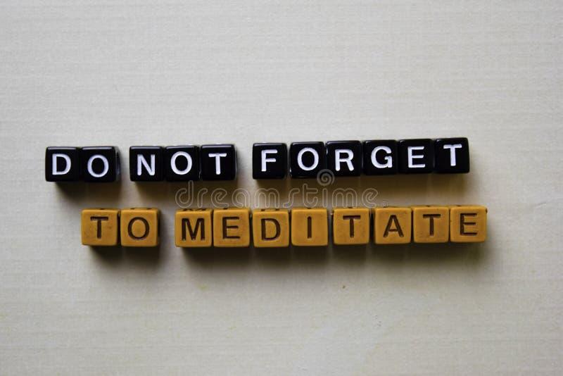 Vergeet niet om op houten blokken te mediteren Bedrijfs en inspiratieconcept royalty-vrije stock fotografie