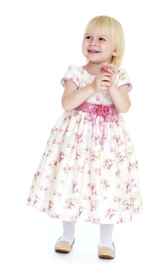 Vergelijkend meisje in een lange kleding stock afbeelding