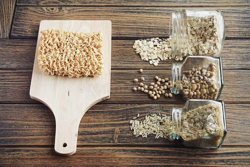 Vergelijking tussen onmiddellijke noedel en anderen goed droog voedsel stock afbeeldingen