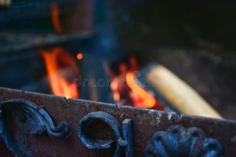 Vergessen Sie Messingarbeiter mit Holz und Feuer lizenzfreies stockbild
