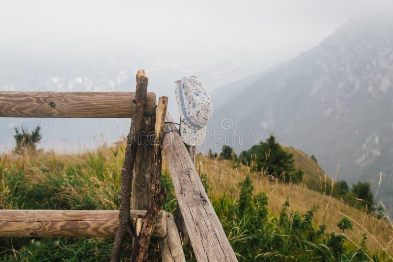 Vergessene Kappe, die an einem Zaun hängt lizenzfreies stockbild