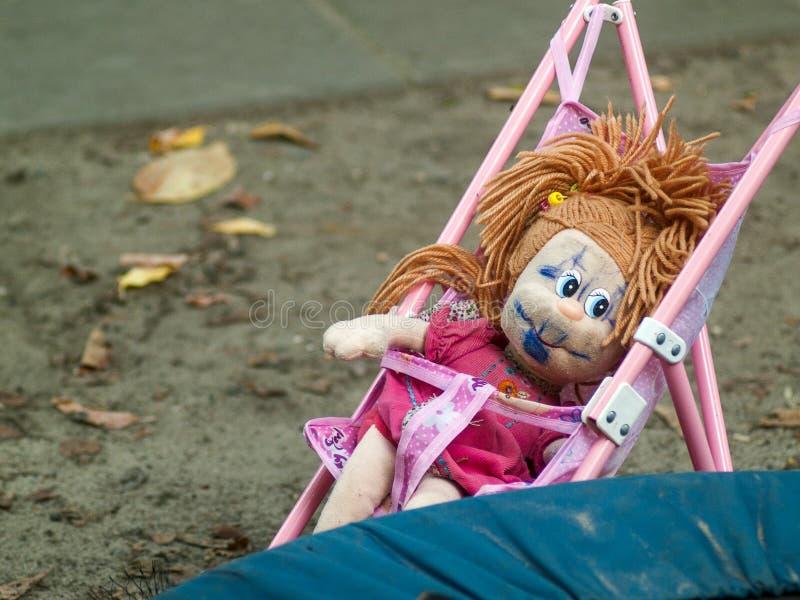 Vergessene Puppe mit gemaltem Gesicht stockfotografie