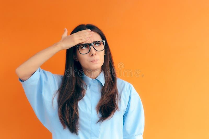 Vergessliches kluges Mädchen, das versucht, sich an ihre kluge Idee zu erinnern lizenzfreie stockfotografie