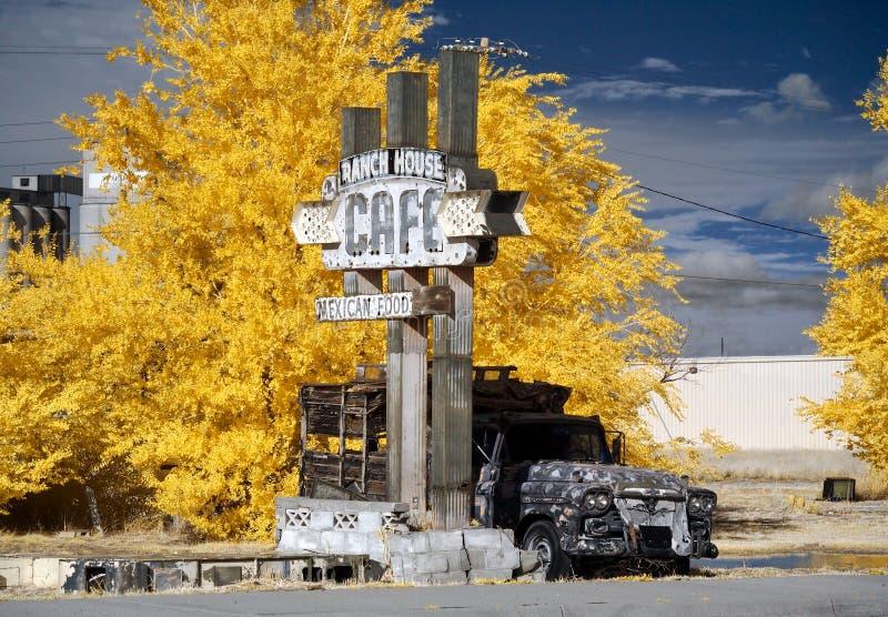 ?vergett kaf? f?r ranchhus, i infrar?tt Tucumcari NM royaltyfri fotografi