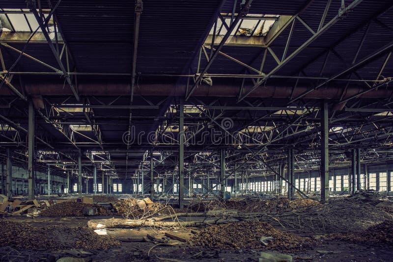 ?vergett stort industriellt korridor eller lager med avskr?de, f?rst?rd fabrik royaltyfria bilder