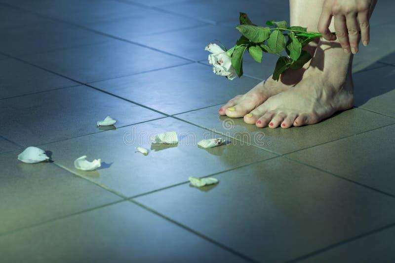 Vergewaltigungsopfer mit Selbstmordideenbildung stockfotografie