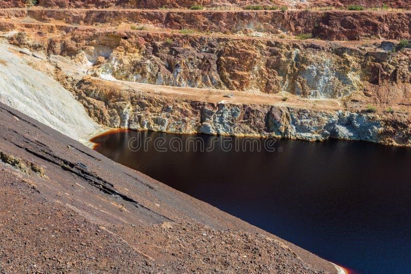 Vergiftetes warter in einem verlassenen Tagebaubergwerk stockfotos
