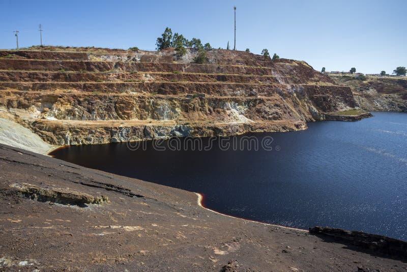 Vergiftetes warter in einem verlassenen Tagebaubergwerk lizenzfreie stockfotografie