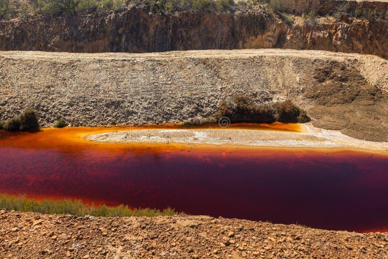 Vergiftetes warter in einem verlassenen Tagebaubergwerk lizenzfreie stockfotos