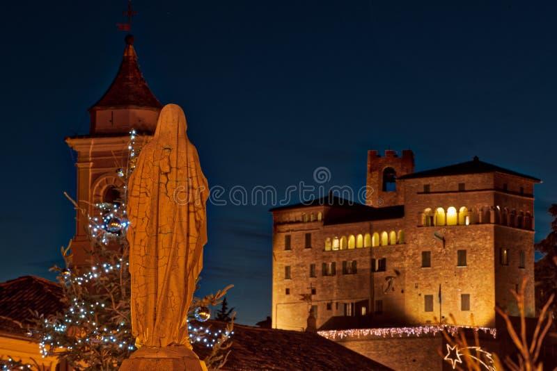 Vergine Maria benedetto davanti al castello antico immagine stock