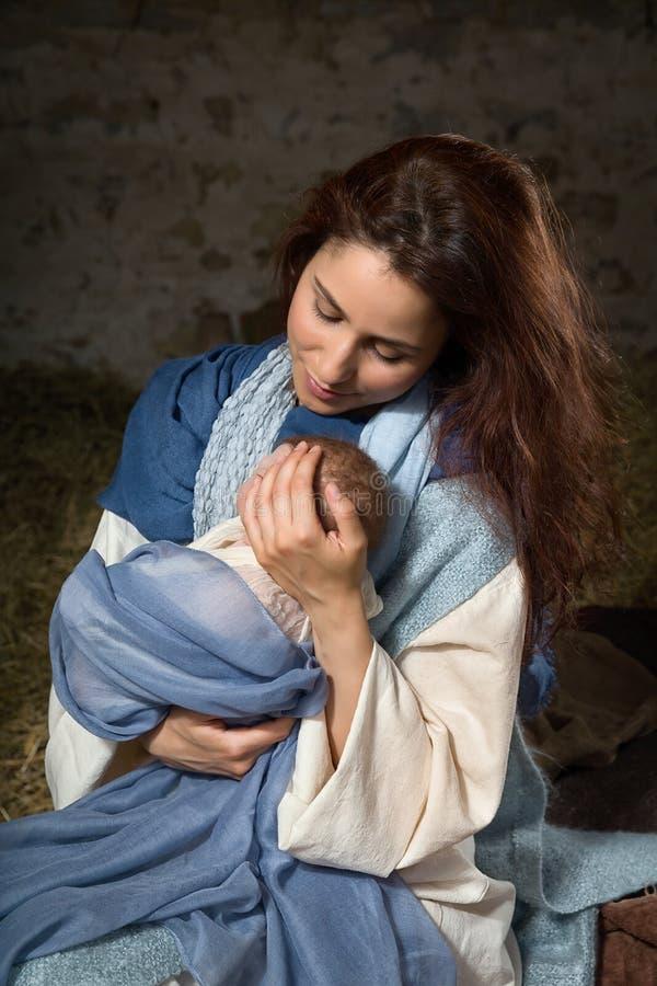 Vergine Maria che oscilla il suo bambino immagine stock