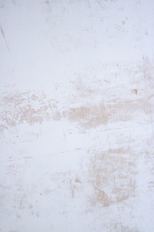 Vergipste Wandbeschaffenheit mit Flocken der Farbe und des Füllers Versandete Oberfläche mit Unvollkommenheiten stockfoto