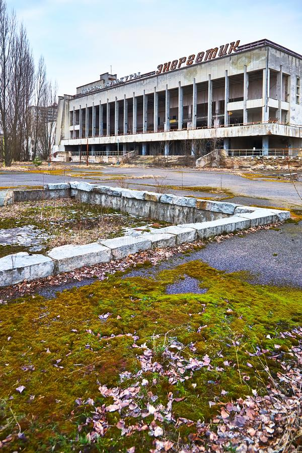 ?vergiven byggnad i Pripyat Inskrift på byggnad - slott av kultur Energetik Uteslutandezon Tjernobyl Pripyat arkivfoton