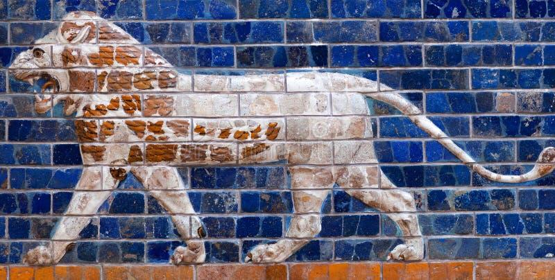 Verglaasd baksteenpaneel met Leeuw - details van Babylonian stock fotografie