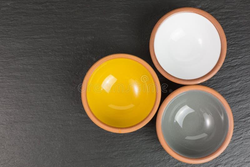 Verglaasde ceramische kommen stock foto