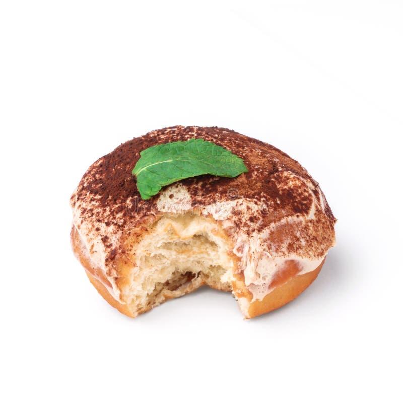 Verglaasde doughnut met room en chocoladepoeder Mening vanuit een vijfenveertig graadinvalshoek Geïsoleerd beeld De zij-beetdough stock foto's