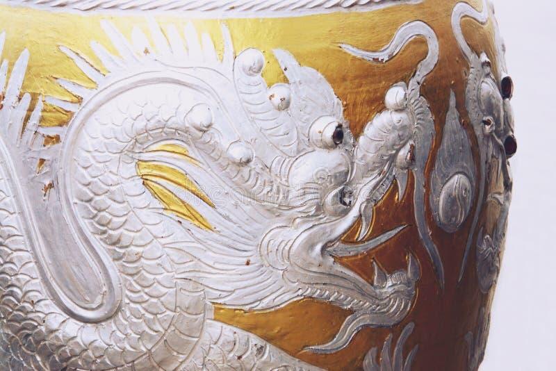 Verglaasde waterkruik met zilveren draakpatroon stock afbeeldingen