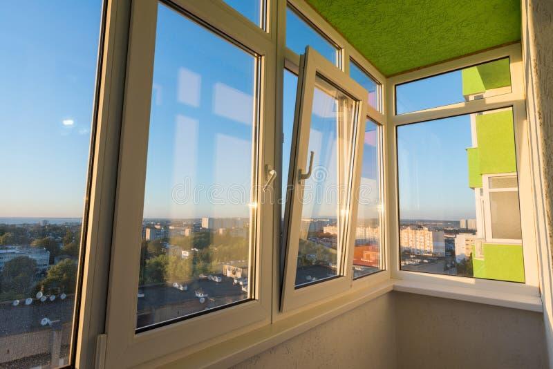 Verglazing van een balkon in een flat van een woningbouw met meerdere verdiepingen stock afbeeldingen