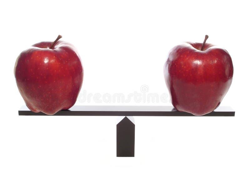 Vergleichen der Äpfel mit Äpfeln stockfotos