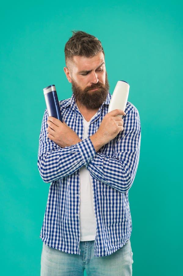 Vergleichen Sie Schönheitsprodukt Wäschehaar mit Shampoo Pflegespülung oder Lotion Treffen Sie rechte Wahl Bärtiger Hippie des Ma stockbild