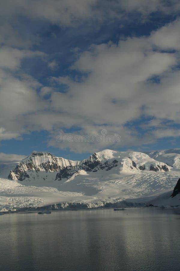 Vergletscherte Berge mit bewölktem blauem Himmel lizenzfreie stockbilder