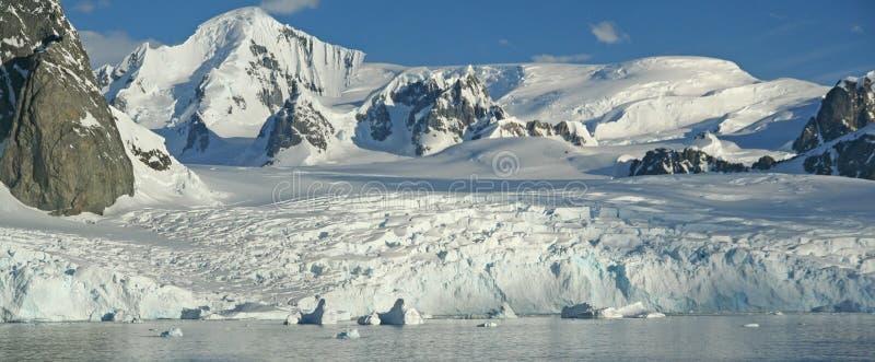 Vergletscherte Berge und icefall lizenzfreie stockbilder