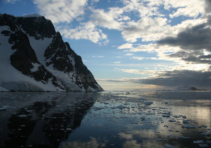 Vergletscherte Berge und icefall lizenzfreie stockfotos