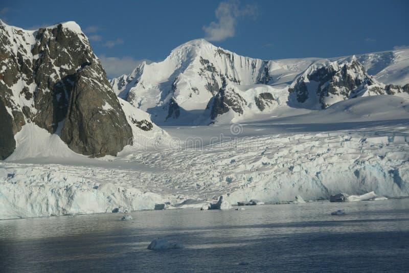 Vergletscherte Berge und icefall mit blauem Himmel stockfotografie