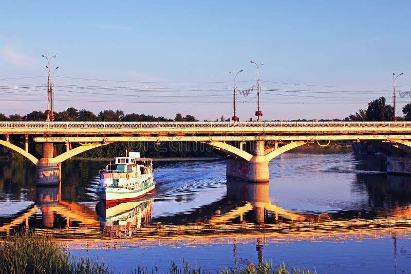 Vergnügensboot am Sonnenuntergang lizenzfreie stockfotografie