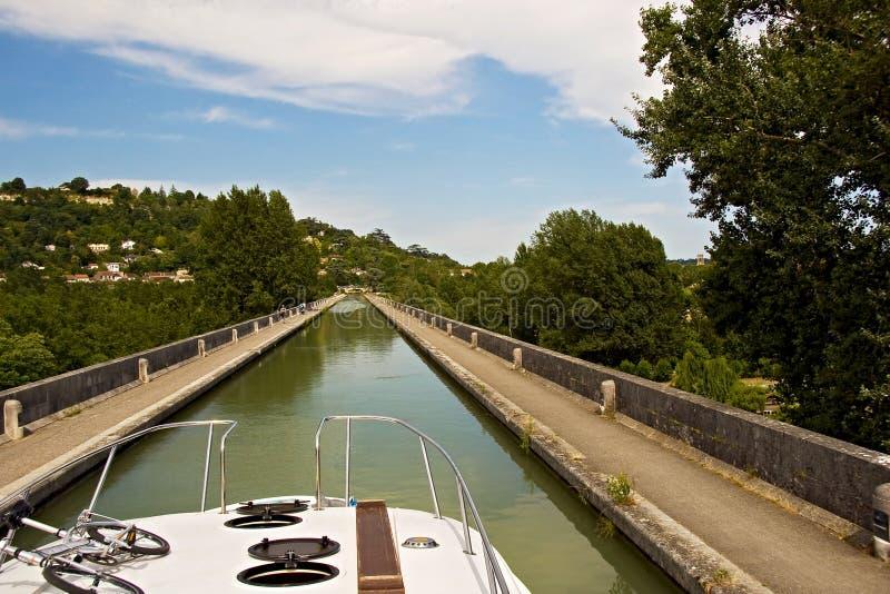 Vergnügensbootfahrt entlang den Kanälen lizenzfreie stockbilder