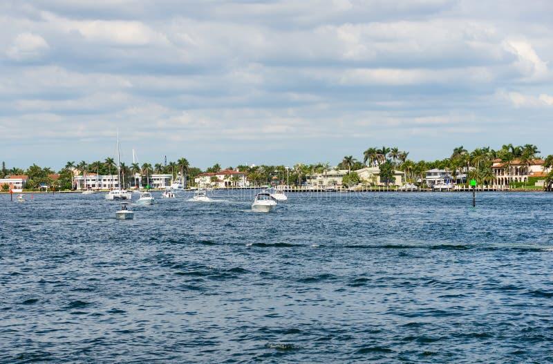 Vergnügungsdampfer auf Intracoastal Wasserstraße im Fort Lauderdale stockbilder