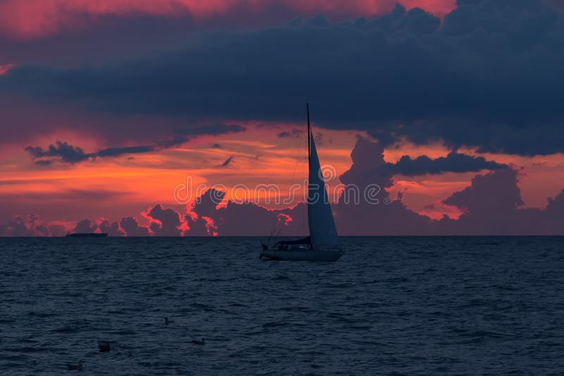 Vergnügungsdampfer segelt, um zum Golf von Riga nach Sonne zu beherbergten lizenzfreie stockfotos