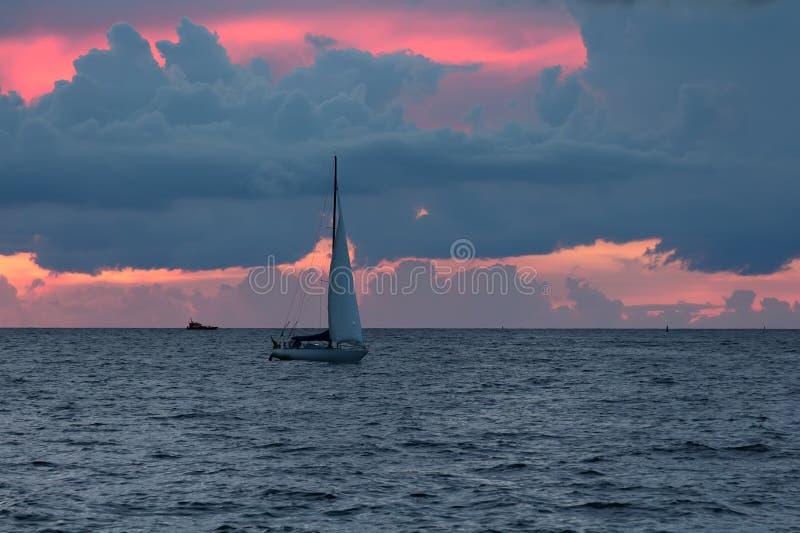 Vergnügungsdampfer segelt, um zum Golf von Riga nach Sonne zu beherbergten stockfotografie