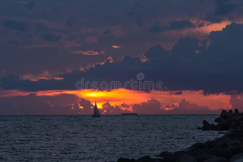 Vergnügungsdampfer segelt, um zum Golf von Riga nach Sonne zu beherbergten lizenzfreie stockfotografie