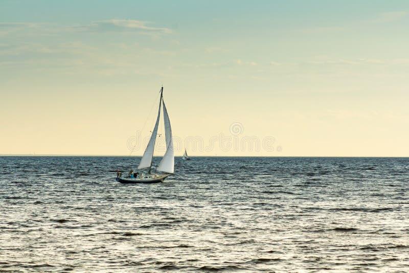 Vergnügungsdampfer segelt von Hafen zu Meer stockbilder