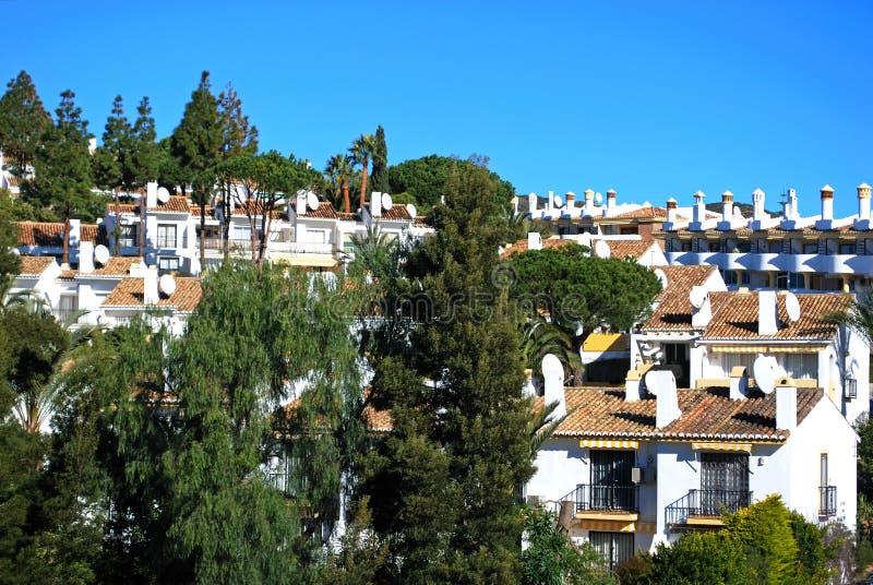 Vergoelijkte Spaanse huizen in de stad en flats, Calahonda, Spanje stock afbeelding