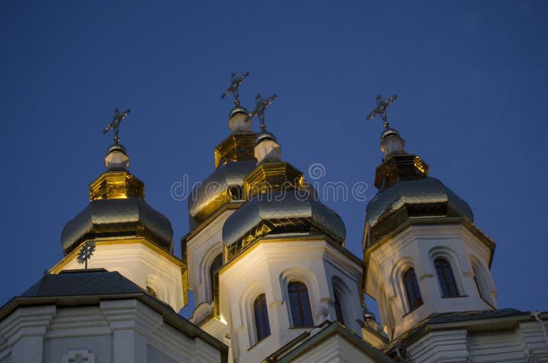 Vergoldet mit Strahlen der Haube der untergehenden Sonne der Kirche gegen den blauen Himmel lizenzfreie stockfotos
