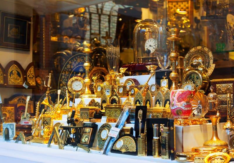 Vergoldete Andenken am Schaukasten in Toledo stockbild