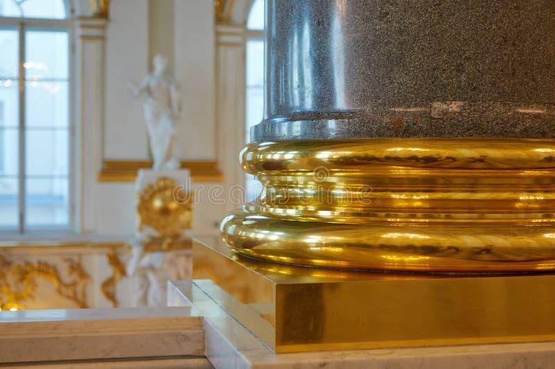 Vergoldete Basis einer Granitsäule lizenzfreie stockfotografie