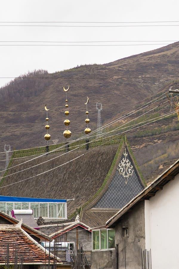 Vergoldeter Islamisch-ähnlicher Crescent Roof Decor in der chinesischen Landschaft stockfotografie