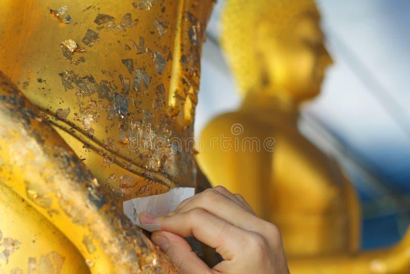 Vergoldungsgoldblatt zu Buddha für Anbetung Selektiver Fokus lizenzfreie stockfotos
