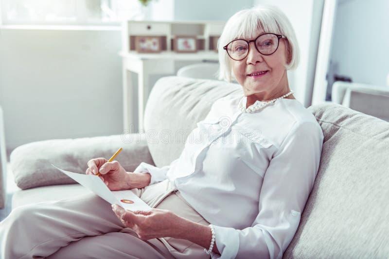 Vergonha de uma mulher idosa usando um colar bonito e uma pulseira imagens de stock royalty free