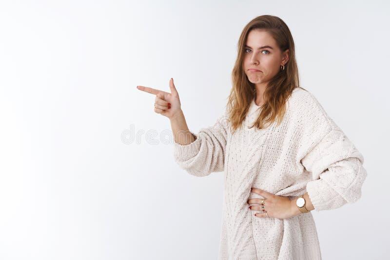 A vergonha do Bummer faltou a oportunidade Perfil da posição da mulher bonita do pesar da virada do retrato que aponta o indicado imagens de stock