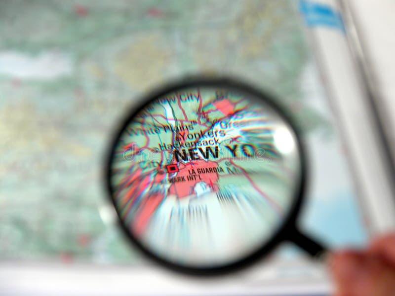 Vergrößerungsglas, das New York fokussiert lizenzfreies stockfoto