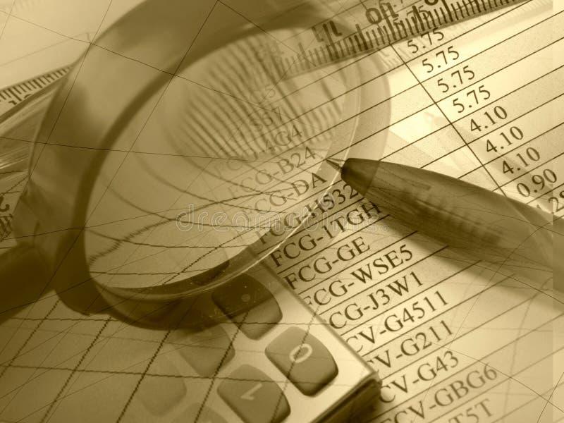 Vergrößerungsglas, Feder, Tabellierprogramm und Rechner stockbild