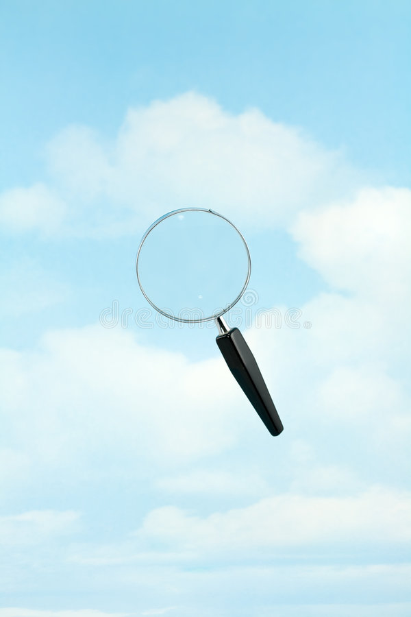 Vergrößerungsglas im Himmel lizenzfreies stockbild