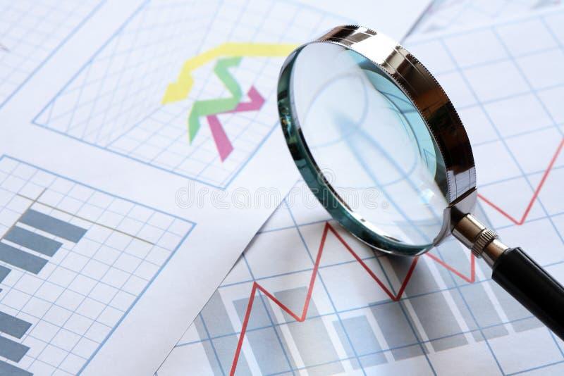 Vergrößerungsglas und Diagramm stockfotografie