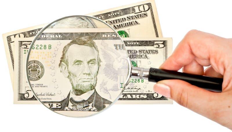 Vergrößerungsglas und Geld stockfotografie