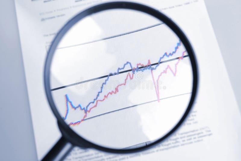 Vergrößerungsglas- und Kurvendiagramm stockfotografie